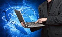 człowiek z laptopem na tle globu